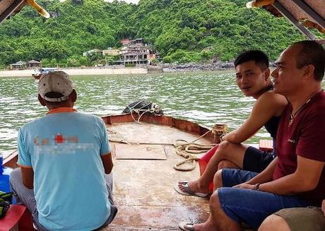 Gia đình ông Vũ Văn Trang phải mua vé mới được xuất bến dù không đi qua vịnh Lan Hạ. Ảnh: V.T.